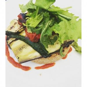 Organic open spelt burger with vegetables from the garden @unpostoamilano. What a find in Milan. #organic #bio #spelt #healthy #vegan #veganburger #farro #rocket #alkaline