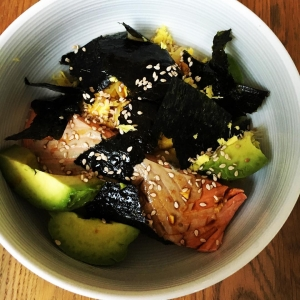 A breakfast bowl doesn't always have to be coyo, chia seeds and banana nicecream. Mixing it up with a salmon and egg donburi bowl. #wildsalmon #avocado #nori #eggs #avocado #healthybreakfast #organic #omega3 #homemade