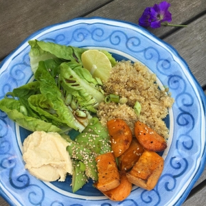 Loving lunches in the garden. Biodynamic cos with quinoa, sweet potato, avocado and hummus from @daylesfordfarm. Chickpeas keep you fuller for longer and stop you snacking. #quinoa #quinoasalad #sweetpotato #avocado #hummus #healthypregnancy